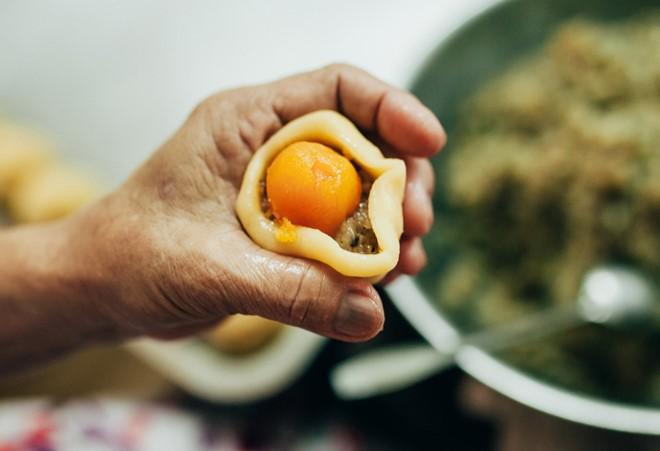 Le métier de confection du «banh pia» à Soc Trang - ảnh 2