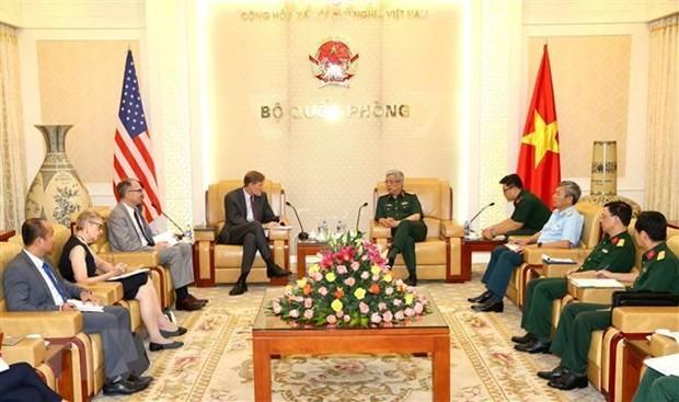 Le vice-ministre de la Défense Nguyên Chi Vinh reçoit le directeur de l'USAID - ảnh 1