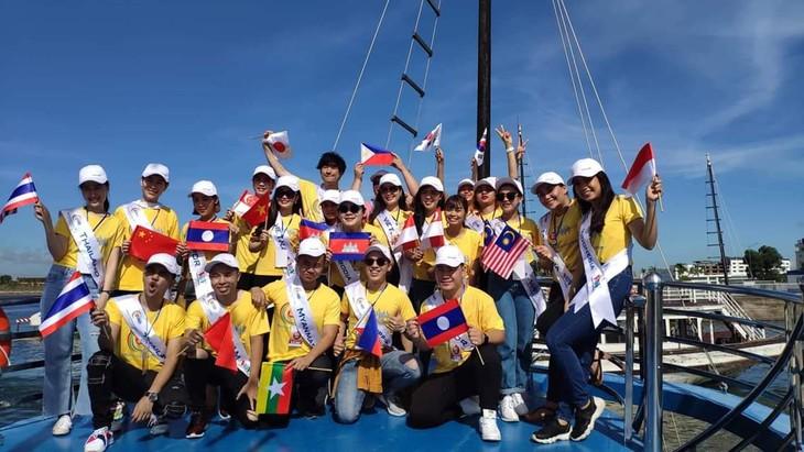 Les candidats du concours « Chants de l'ASEAN+3 » visitent la baie d'Ha Long - ảnh 1