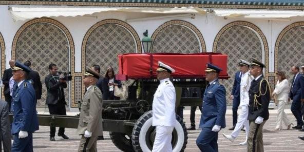 Des milliers de Tunisiens rendent un dernier hommage à leur président - ảnh 1
