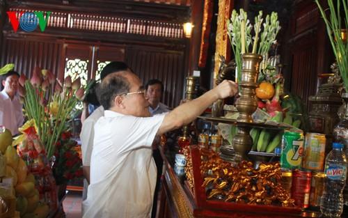Chủ tịch Quốc hội Nguyễn Sinh Hùng dâng hương Chủ tịch Hồ Chí Minh tại Tuyên Quang - ảnh 1