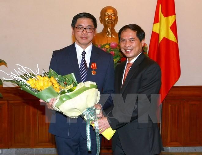 Thứ trưởng Ngoại giao Bùi Thanh Sơn trao Huân chương Hữu nghị cho Đại sứ Singapore tại Việt Nam - ảnh 1