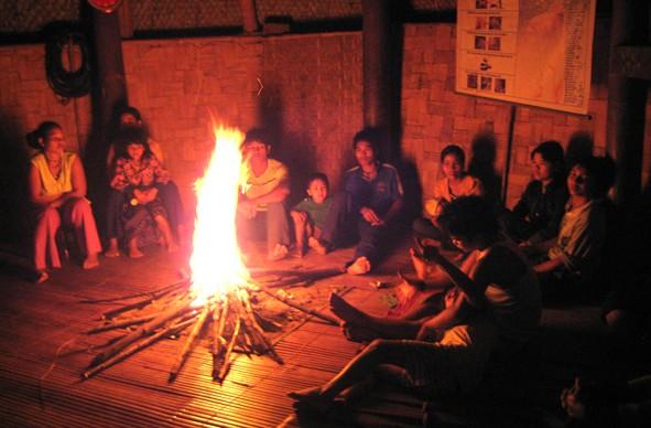 Không gian văn hoá xung quanh bếp lửa của đồng bào dân tộc ít người - ảnh 1