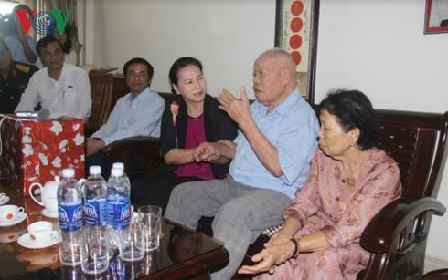 Chủ tịch Quốc hội Nguyễn Thị Kim Ngân thăm, tặng quà các đối tượng chính sách tỉnh Quảng Nam  - ảnh 1