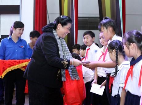 Phó Chủ tịch Thường trực Quốc hội Tòng Thị Phóng trao quà trung thu cho trẻ em Bến Tre  - ảnh 1