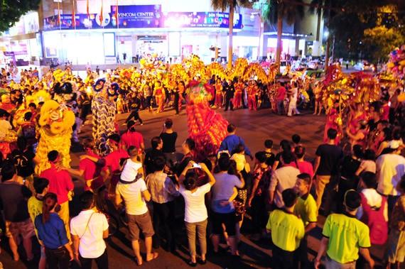 Đến phố cổ Hà Nội vui Tết Trung thu truyền thống - ảnh 1