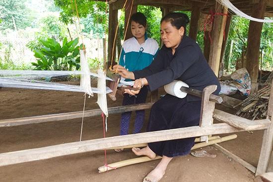 Mộc Châu gìn giữ nghề dệt thổ cẩm - ảnh 1