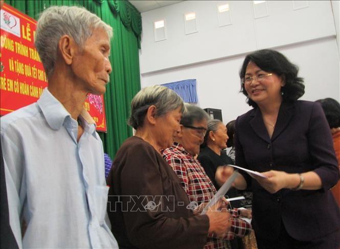 Phó Chủ tịch nước Đặng Thị Ngọc Thịnh thăm, tặng quà Tết các đối tượng chính sách tỉnh Long An - ảnh 1