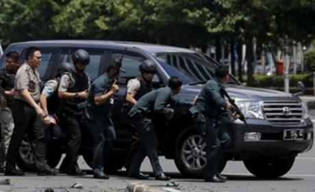อินโดนีเซียจับกุมตัวผู้ต้องสงสัยก่อเหตุโจมตีก่อการร้าย 3 คน - ảnh 1