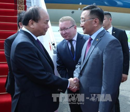 นายกรัฐมนตรี เหงวียนซวนฟุก เดินทางไปเยือนประเทศมองโกเลียและเข้าร่วมการประชุมสุดยอดอาเซมครั้งที่ 11 - ảnh 1