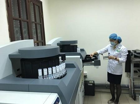 เปิดใช้เครื่องตรวจหาเชื้อก่อมะเร็งอัตโนมัติ ที่ โรงพยาบาลเหวียดดึ๊ก - ảnh 1