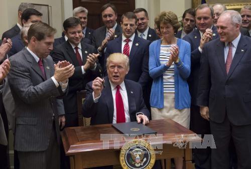 นาย โดนัล ทรัมป์ ประธานาธิบดีสหรัฐพอใจกับการบริหารประเทศในรอบ 100 วันที่ผ่านมา - ảnh 1