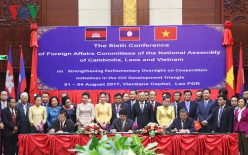 คณะกรรมาธิการวิเทศสัมพันธ์แห่งรัฐสภากัมพูชา ลาวและเวียดนามให้คำมั่นที่จะกระชับความร่วมมือ - ảnh 1