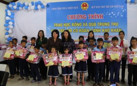 รองประธานประเทศดั่งถิหงอกถิ่งมอบทุนการศึกษาและของขวัญให้แก่เด็กในโอกาสเทศกาลไหว้พระจันทร์ - ảnh 1