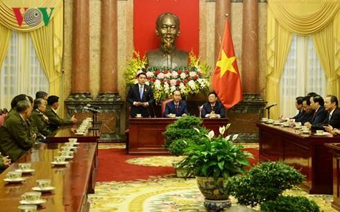 ประธานประเทศเจิ่นด่ายกวางให้การต้อนรับคณะผู้แทนประชาชนลาวที่บำเพ็ญประโยชน์ต่อการปฏิวัติเวียดนาม - ảnh 1