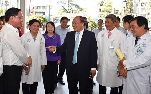 นายกรัฐมนตรี เหงวียนซวนฟุกไปเยือนโรงพยาบาลเจอะไหร - ảnh 1