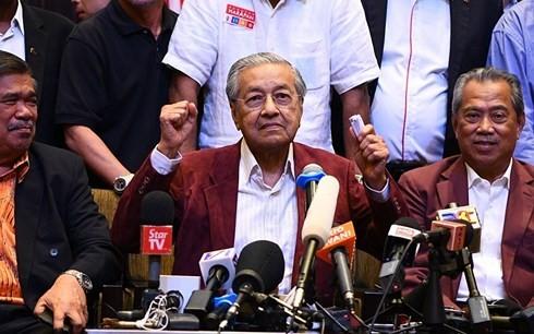 นาย  มหาเธร์ มูฮัมหมัด เข้าพิธีสาบานตนรับตำแหน่งนายกรัฐมนตรีมาเลเซีย - ảnh 1