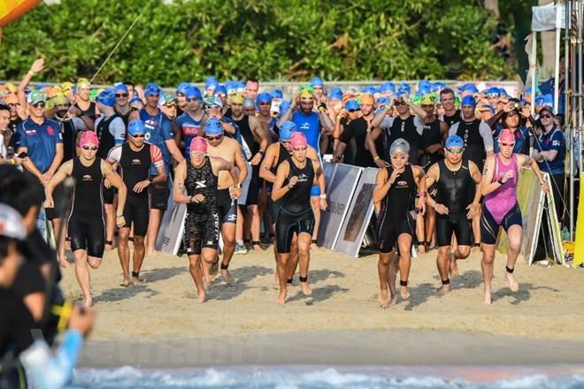 มีนักกีฬากว่า 1 พันคนเข้าร่วมการแข่งขัน ไอรอนแมน 70.3 - ảnh 1