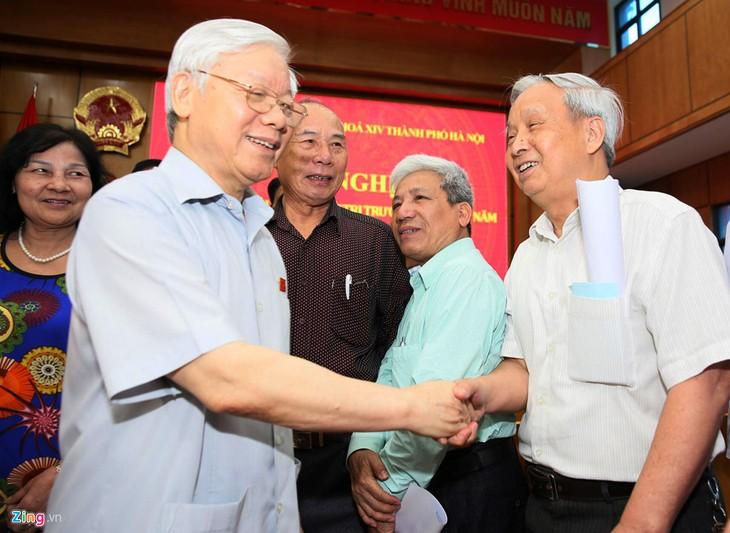 เลขาธิการใหญ่พรรคเหงวียนฟู้จ่องพบปะกับผู้มีสิทธิ์เลือกตั้งในกรุงฮานอย - ảnh 1