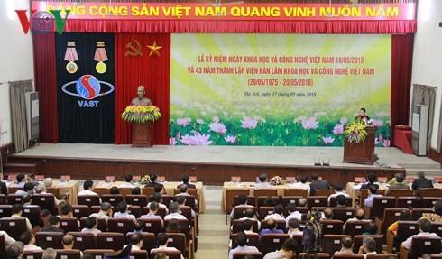ประธานสภาแห่งชาติเหงวียนถิกิมเงินประชุมกับสถาบันบัณฑิตวิทยาศาสตร์และเทคโนโลยีเวียดนาม - ảnh 1