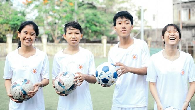 """เยาวชนเวียดนาม 4 คนได้รับเชิญเข้าร่วมกิจกรรม """"ฟุตบอลแห่งความหวัง""""ของ FIFA - ảnh 1"""