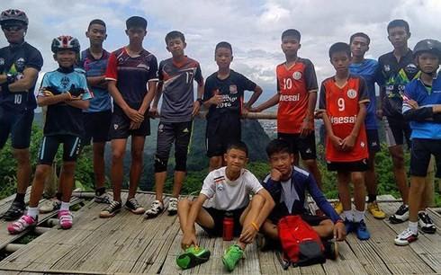 ทีมกู้ภัยพบเยาวชนทีมฟุตบอลหมูป่าและโค้ชที่ติดอยู่ในถ้ำหลวง - ảnh 1