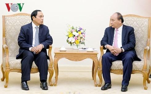 นายกรัฐมนตรีเหงวียนซวนฟุกให้การต้อนรับรองนายกรัฐมนตรีและหัวหน้าสำนักงานตรวจตรารัฐบาลลาว - ảnh 1