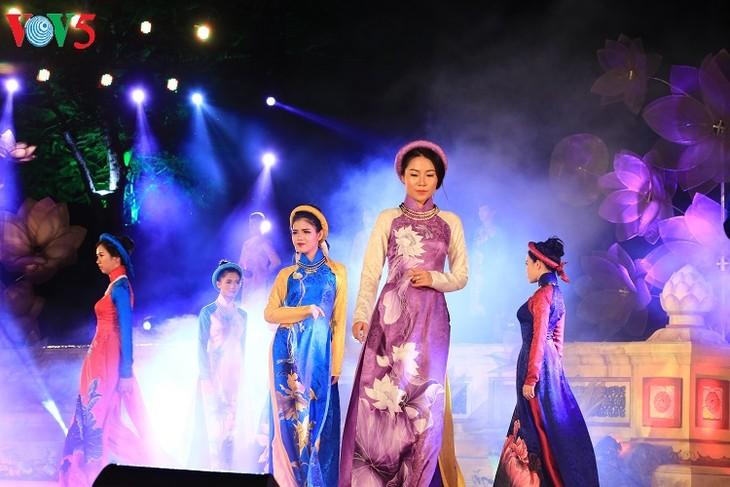 นักออกแบบเวียดนามกับการเผยแพร่ชุดอ๊าวหย่ายสู่สายตาชาวต่างชาติ - ảnh 1