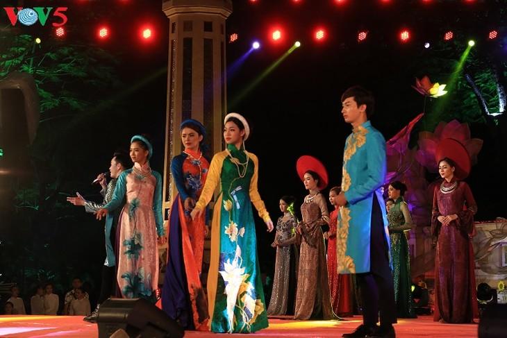 นักออกแบบเวียดนามกับการเผยแพร่ชุดอ๊าวหย่ายสู่สายตาชาวต่างชาติ - ảnh 3