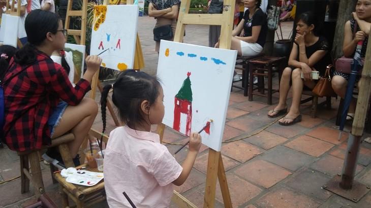 การประกวดวาดภาพสีอะคริลิก – กิจกรรมที่น่าสนใจในช่วงพักร้อนของเด็กนักเรียนในกรุงฮานอย - ảnh 1