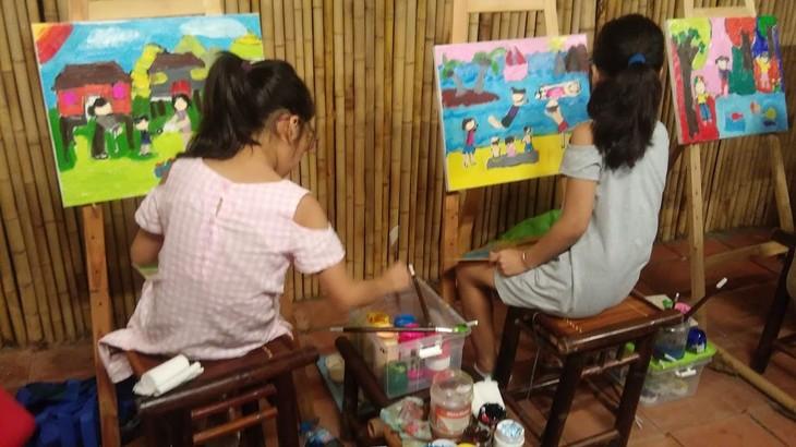 การประกวดวาดภาพสีอะคริลิก – กิจกรรมที่น่าสนใจในช่วงพักร้อนของเด็กนักเรียนในกรุงฮานอย - ảnh 3