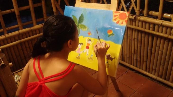 การประกวดวาดภาพสีอะคริลิก – กิจกรรมที่น่าสนใจในช่วงพักร้อนของเด็กนักเรียนในกรุงฮานอย - ảnh 2