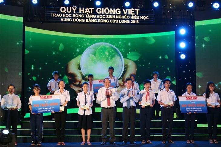 """มอบทุนการศึกษาจากกองทุน""""Hạt giống Việt""""ให้แก่นักเรียนที่มีฐานะยากจนแต่มีผลการเรียนดีในเขตที่ราบลุ่มแม่น้ำโขง  - ảnh 1"""