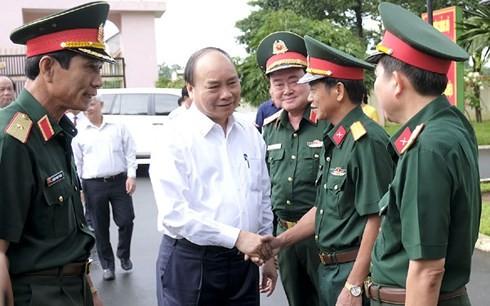 นายกรัฐมนตรีเหงวียนซวนฟุกเยือนหน่วยทหาร 16 ณ จังหวัดบิ่งเฟือก - ảnh 1