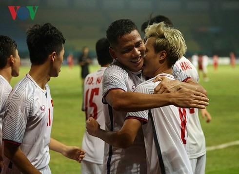 ทีมฟุตบอลเวียดนามผ่านเข้ารอบ 4 ทีมสุดท้ายในการแข่งขันเอเชียนเกมส์ - ảnh 1
