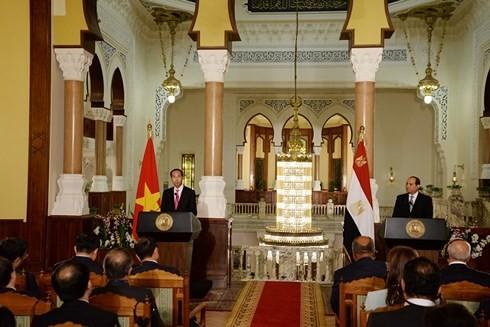 ประธานาธิบดีอียิปต์อับเดล ฟัตตาห์ อัล-ซิซี และประธานประเทศเจิ่นด่ายกวางแถลงข่าวเกี่ยวกับผลการเจรจา - ảnh 1