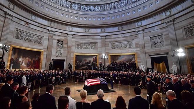 สหรัฐจัดพิธีไว้อาลัยเพื่อเป็นเกียรติต่อสมากชิกวุฒิสภาจอห์น แม็คเคน - ảnh 1