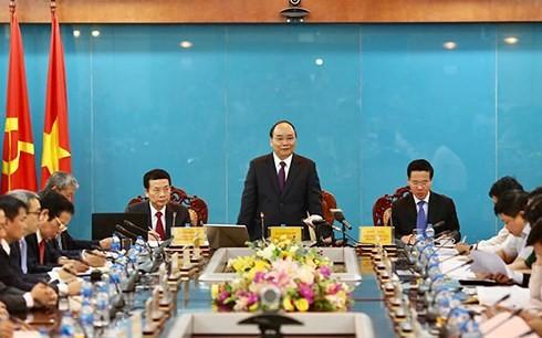 นายกรัฐมนตรีเหงวียนซวนฟุกประชุมกับกระทรวงการสื่อสารและประชาสัมพันธ์ - ảnh 1