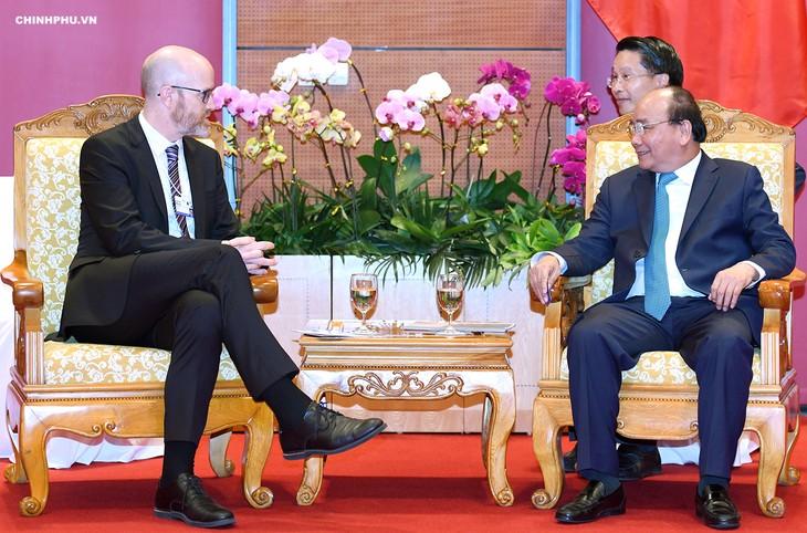WEF ASEAN 2018 นายกรัฐมนตรีเหงวียนซวนฟุก ให้การต้อนรับนายกรัฐมนตรีกัมพูชาและรัฐมนตรีพาณิชย์บังคลาเทศ - ảnh 2