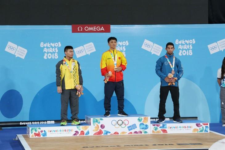 นักกีฬายกน้ำหนักโงซวนดิ๋งคว้าเหรียญทองในการแข่งขันกีฬาโอลิมปิกเยาวชนฤดูร้อนปี 2018 - ảnh 1