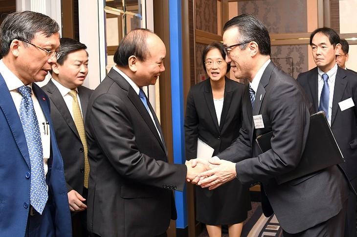 นายกรัฐมนตรีเหงวียนซวนฟุกเข้าร่วมการเสวนากับสถานประกอบการชั้นนำของญี่ปุ่น - ảnh 1