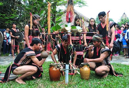กวีมหากาพย์ของชนเผ่าต่างๆในเขตที่ราบสูงเตยเงวียนมุมมองจากชุดกวีมหากาพย์ของชนเผ่าเซอดังดร้า - ảnh 1