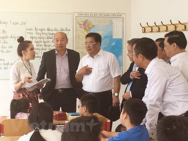 สถานทูตเวียดนามประจำสาธารณรัฐเช็กจัดพิธีสดุดีนักเรียนและนักศึกษาที่มีผลงานยอดเยี่ยมในปีการศึกษา 2017-2018 - ảnh 1