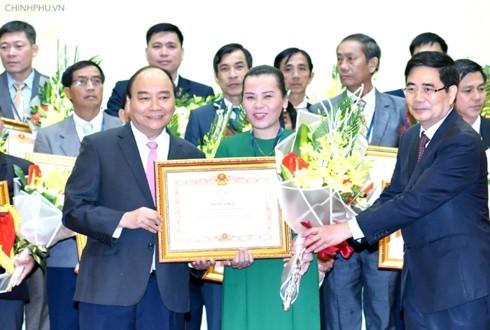 นายกรัฐมนตรีเหงวียนซวนฟุกมอบรางวัลให้แก่องค์การและบุคคลที่มีผลงานยอดเยี่ยมด้านการเกษตร เกษตรกรและชนบท - ảnh 1
