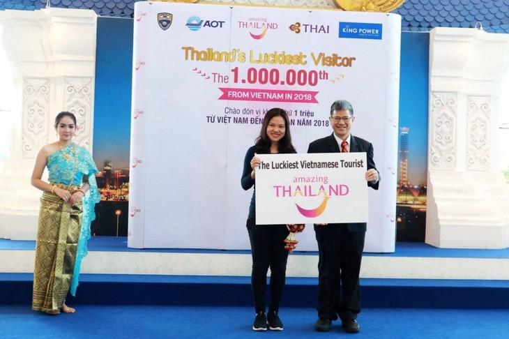 การท่องเที่ยวแห่งประเทศไทย (ททท.) ต้อนรับนักท่องเที่ยวเวียดนามคนที่ ๑ ล้าน - ảnh 1