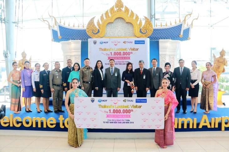 การท่องเที่ยวแห่งประเทศไทย (ททท.) ต้อนรับนักท่องเที่ยวเวียดนามคนที่ ๑ ล้าน - ảnh 4