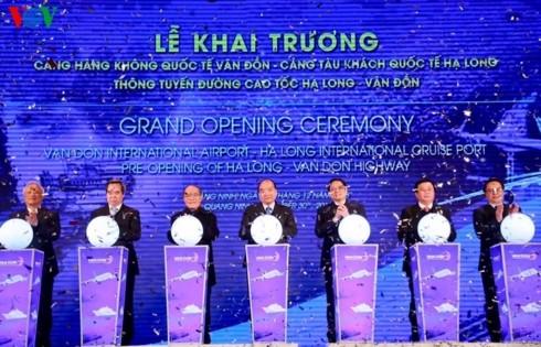 นายกรัฐมนตรีเหงวียนซวนฟุกเข้าร่วมพิธีเปิดท่าอากาศยานนานาชาติเวินโด่น จังหวัดกว๋างนิง - ảnh 1