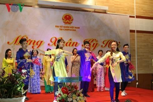 สำนักงานตัวแทนของเวียดนามในต่างประเทศต้อนรับวสันต์ฤดูปีกุน 2019 - ảnh 1