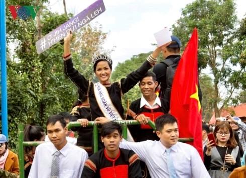 มิสยูนิเวิร์สเวียดนาม H'Hen Nie – ผู้นำวสันต์มาสู่หมู่บ้านของชนเผ่าเอเด - ảnh 2