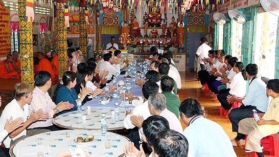 คณะผู้แทนแนวร่วมปิตุภูมิเวียดนามไปอวยพรปีใหม่โจลชนัมทเมยของชนเผ่าเขมรในจังหวัดเหายาง - ảnh 1